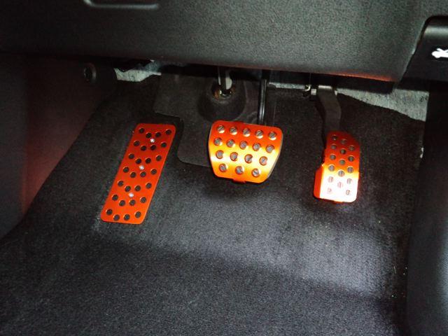 日産ジューク専用設計のアルマイト仕上げアルミペダルセット